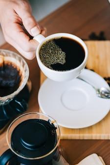 Metodo alternativo di preparazione del caffè, utilizzando un gocciolatore a goccia e un filtro di carta.