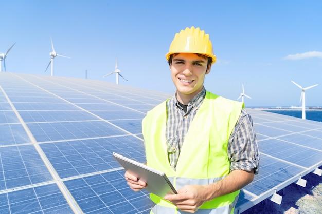 Energia alternativa - ingegnere su impianto di pannelli solari, sorrisi felici, energia verde e concetto di industria eco-compatibile