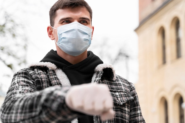 Saluti alternativi uomo pugno urti con i guanti