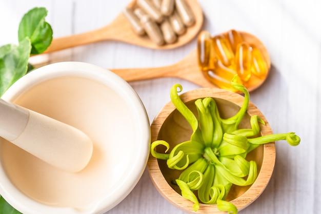 Capsula organica di erbe di medicina alternativa con vitamina e olio di pesce omega 3, minerale, farmaco con integratori naturali di foglie di erbe per una vita sana e buona.