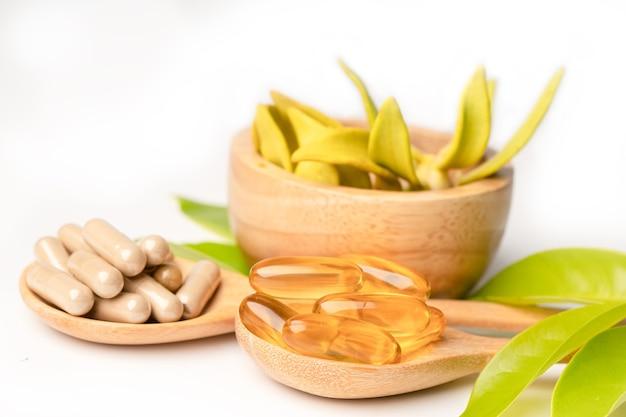 Medicina alternativa a base di erbe capsula organica con vitamina e omega 3 olio di pesce, minerale, farmaco con foglie di erbe integratori naturali per una vita sana