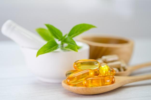 Capsula organica a base di erbe di medicina alternativa con vitamina e omega 3 olio di pesce, minerale, farmaco con foglie di erbe integratori naturali per una vita sana e buona.