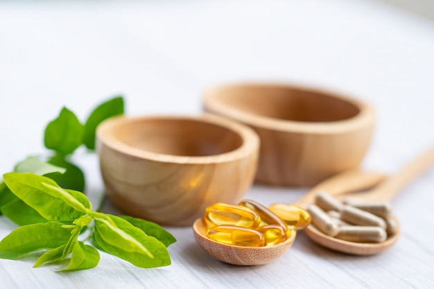 Capsula organica a base di erbe di medicina alternativa con vitamina e omega 3 olio di pesce, minerale, farmaco con foglia di erbe.