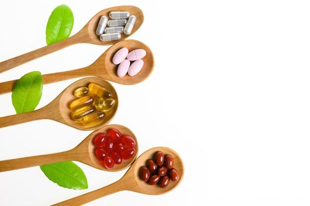 Capsule della compressa delle pillole della medicina alternativa e supplementi organici della vitamina su fondo bianco