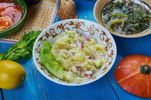 Alu pitika, purè di patate in olio di senape, cucina assamese sud-est asiatico piatti tradizionali assortiti, vista dall'alto.