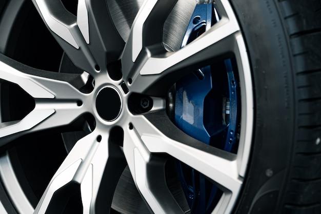Cerchio in alluminio della ruota di auto di lusso da vicino foto