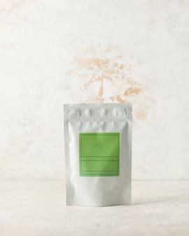 Busta in alluminio per tè, caffè, spezie e sostanze sfuse con etichetta verde per la firma su sfondo chiaro...
