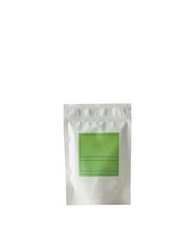 Bustina in alluminio per tè e caffè con etichetta verde per firma su sfondo bianco