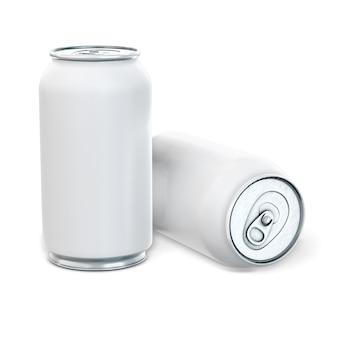 Lattine di alluminio per birra o soda su uno sfondo bianco
