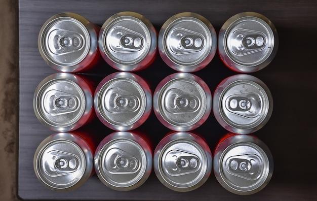 Lattine di alluminio vista dall'alto, lattine di birra chiuse, molte lattine di alluminio di birra