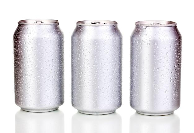 Lattine di alluminio con gocce d'acqua su bianco