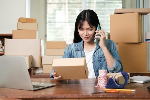 Mantieni sempre il contatto con il cliente. commercio online e venditore online.