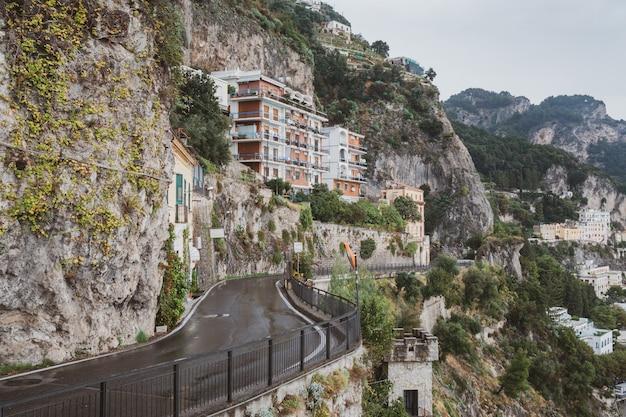Paesaggio urbano di amalfi sulla linea costiera del mar mediterraneo, viaggiando in italia