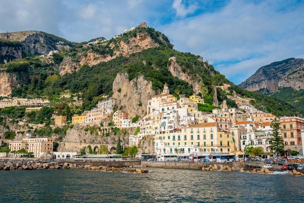 Amalfi, italia - 01.11.2019: paesaggio urbano di amalfi sulla costa del mar mediterraneo al mattino, italia. viaggio.