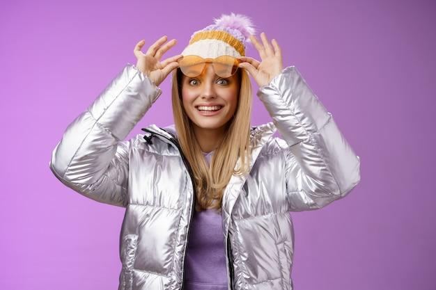 Stupito attraente affascinato giovane donna viaggiatrice decollare occhiali da sole check-out splendida vista perfetta montagne innevate sorridente come un bambino impressionato soddisfatto perfetto viaggio di nozze inverno.