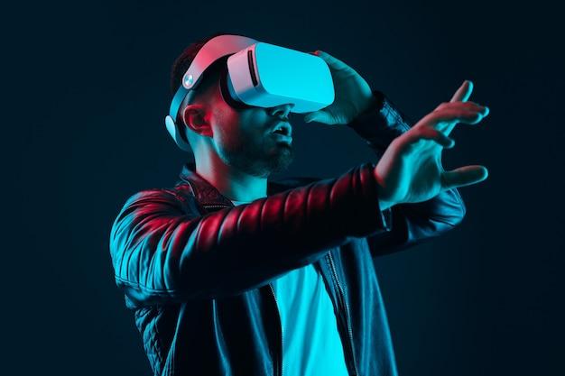 Uomo stupito che interagisce con la realtà virtuale