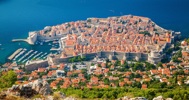 Incredibile vista aerea della città vecchia medievale di dubrovnik, dalmazia meridionale, croazia