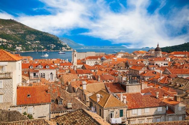 Incredibile vista aerea della città vecchia di dubrovnik dalle mura della città, croazia