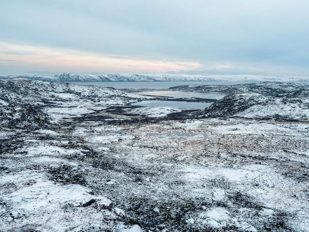 Incredibile paesaggio artico con laghi ghiacciati ad alta quota