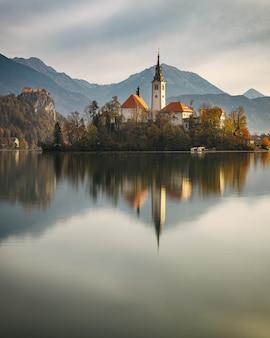 Incredibile scenario autunnale del lago sanguinato con e la riflessione dell'isola, la slovenia