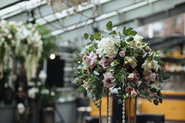 Fantastico banchetto in colori grigi per il giorno del matrimonio con fiori rosa