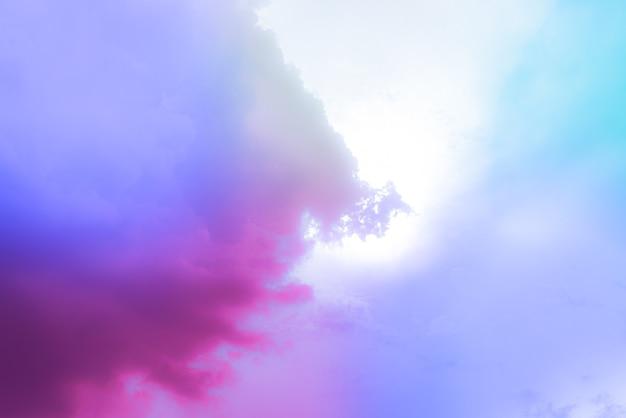 Incredibile bellissimo cielo artistico con nuvole colorate