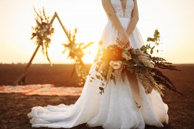 Incredibile sposa alla luce del tramonto. bella sposa. stile boho