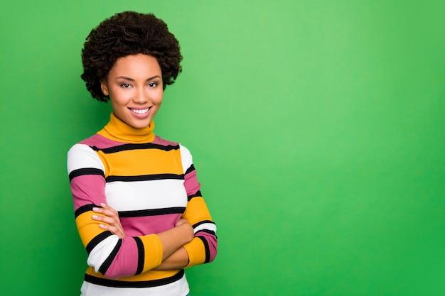 Di incredibile pelle scura ondulata donna d'affari braccia incrociate incontro partner colleghi amichevole sorridente indossare maglione a righe casual