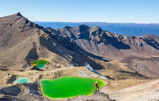 Incredibili laghi color smeraldo su tongariro crossing track, tongariro national park, nuova zelanda. concetto di voglia di viaggiare