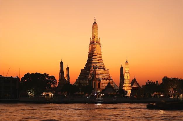 Incredibile vista serale di wat arun o il tempio dell'alba, situato sulla riva occidentale del fiume chao phraya a bangkok, in thailandia