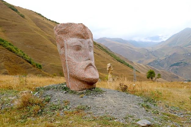 Incredibili sculture di pietra giganti ai piedi del caucaso nel villaggio di sno kazbegi town georgia