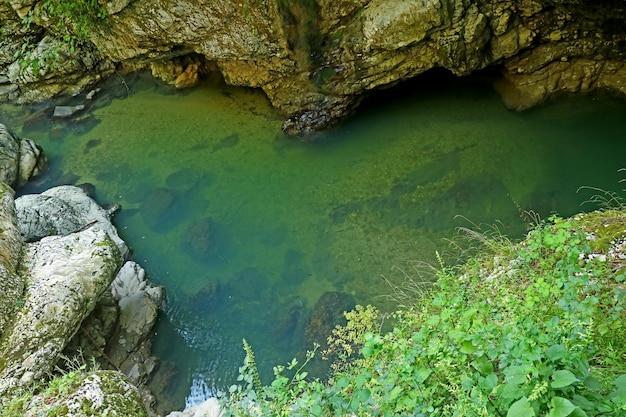 Incredibile stagno a forma di cuore del canyon del parco naturale di martvili vicino alla città di kutaisi in georgia
