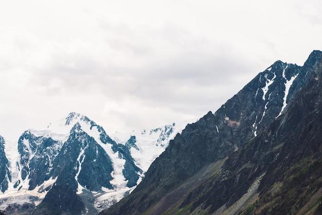 Incredibile cima del ghiacciaio enorme.