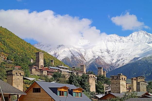 Incredibile torre medievale svan nella città di mestia con montagne del caucaso innevate georgia
