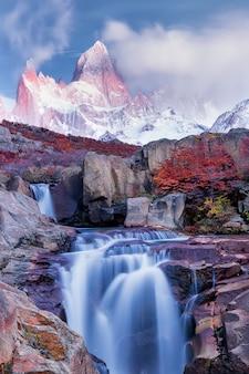 Incredibile montagna fitz roy, cespugli di faggio e la cascata, parco nazionale los glaciares, ande, patagonia, argentina