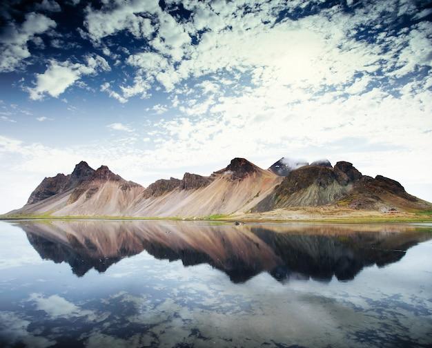 Incredibili montagne riflesse nell'acqua al tramonto. stoksnes