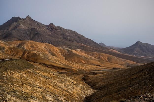 Incredibile panorama della valle delle montagne delle isole canarie.