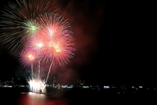 Incredibili fuochi d'artificio multicolori che schizzano nel cielo notturno