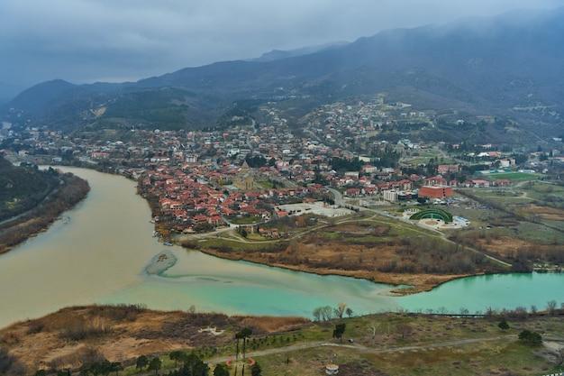 Incredibile paesaggio naturale. la confluenza di due fiumi nella città di mtskheta in georgia.
