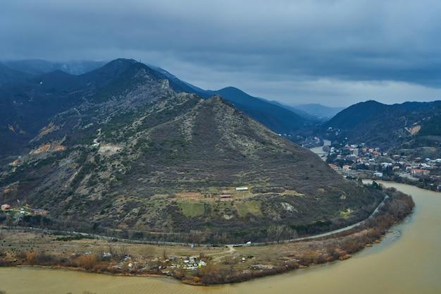 Incredibile paesaggio naturale vicino a mtskheta in georgia