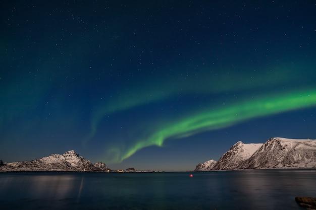 Incredibile aurora boreale, aurora boreale sulle montagne del nord europa