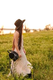 Incredibile bella giovane donna all'aperto nel campo