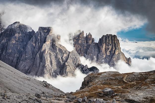 Montagne rocciose stupefacenti coperte di nuvole, parco di tre cime di lavaredo, dolomia, italia