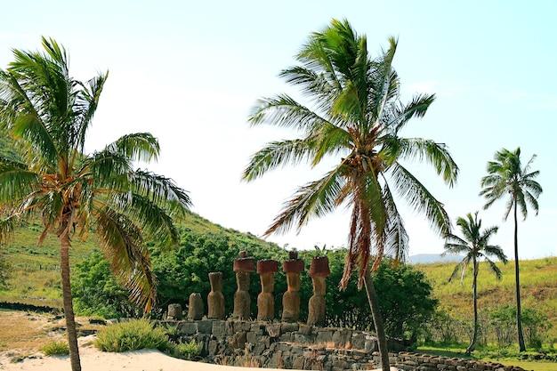 Incredibili rovine di ahu nau nau piattaforma cerimoniale sulla spiaggia di anakena isola di pasqua cile