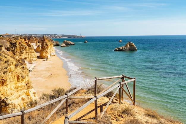 Pista incredibile in spiaggia dei tre castelli a portimao, algarve, portogallo