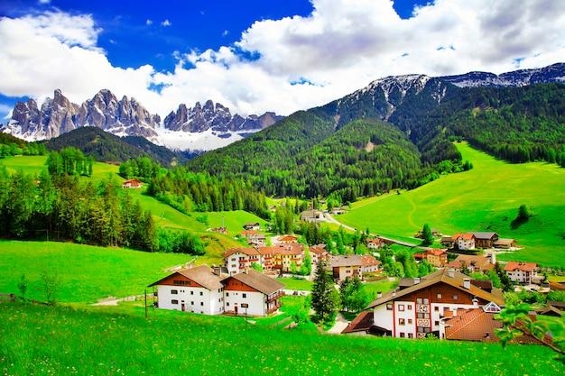 Incredibile scenario delle dolomiti, alpi italiane, vista con il villaggio della maddalena