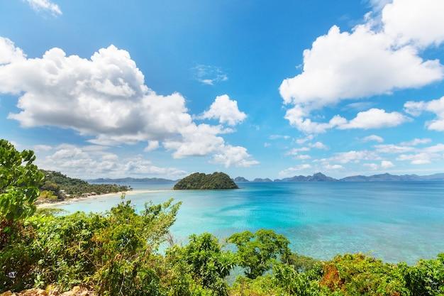 Incredibile vista panoramica della baia del mare e delle isole di montagna, palawan, filippine