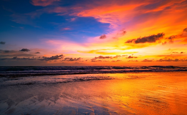 Incredibile paesaggio marino con nuvole al tramonto sul mare con cielo drammatico tramonto o alba bellissimo sfondo e trama minimalisti della natura paesaggio panoramico della natura.