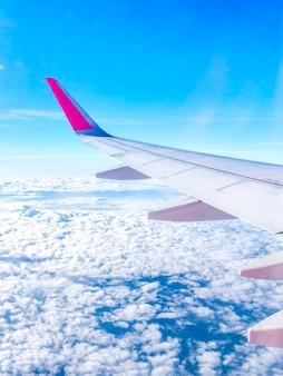 Incredibile cielo con ala di aeroplano