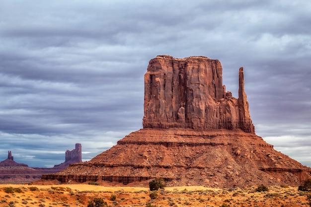 Incredibile alba con colori rosa, oro e magenta vicino alla monument valley, arizona, usa.
